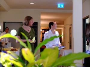 Ruth und Tanja bei der Tisch-Deko-Rede